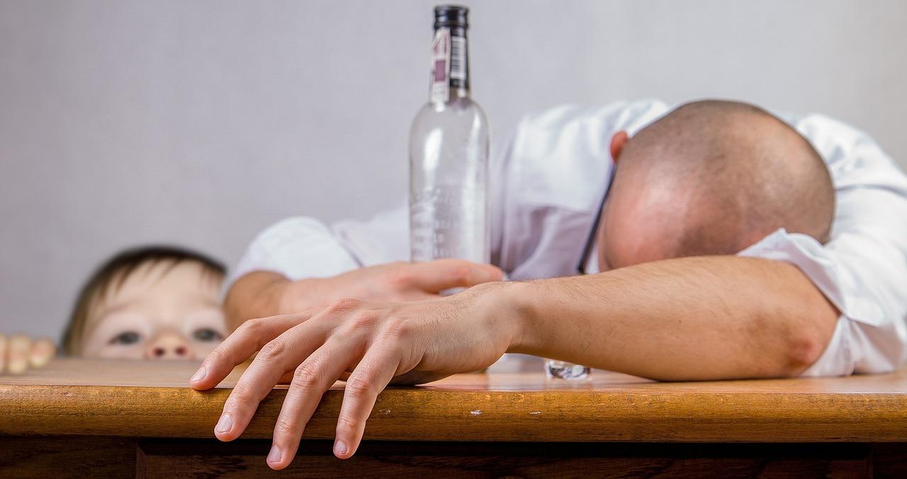2_alcoholic-1939418_1280